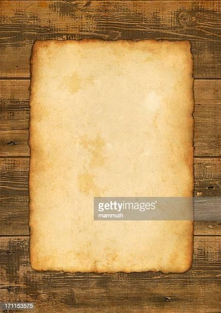 Vieux papier sur fond en bois