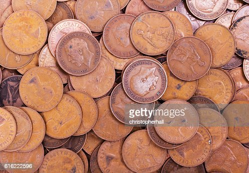 Old penny coins spread out for background : Stock-Foto