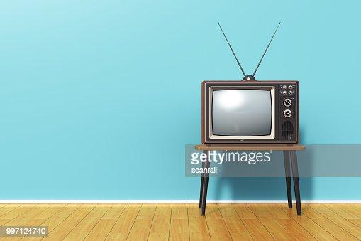 Vieux téléviseur rétro contre mur vintage bleu dans la chambre : Photo