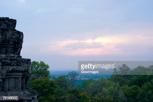 Old ruins of a temple at sunset, Phnom Bakeng, Angkor, Siem Reap, Cambodia : Foto de stock