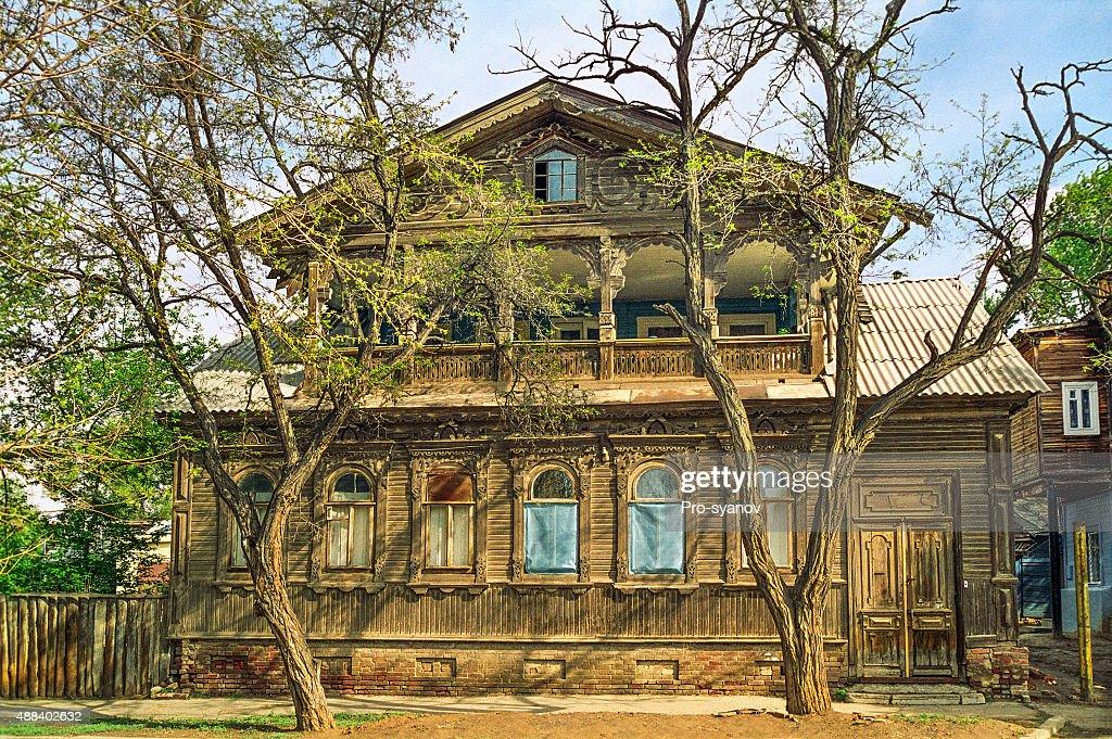 Vecchia casa in legno russo con un piano rialzato foto - Casa piano rialzato ...