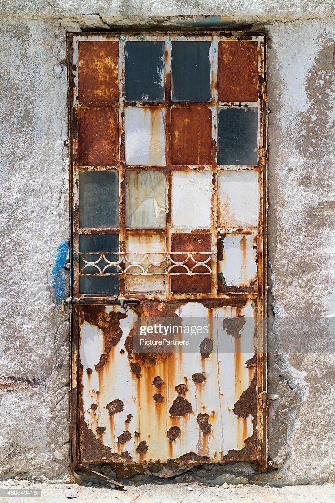 Velho enferrujado Porta : Foto de stock