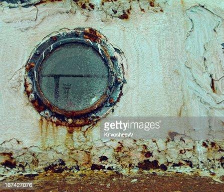 Velho, enferrujado janela. : Foto de stock