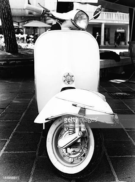 Vieux Scooter. Noir et blanc