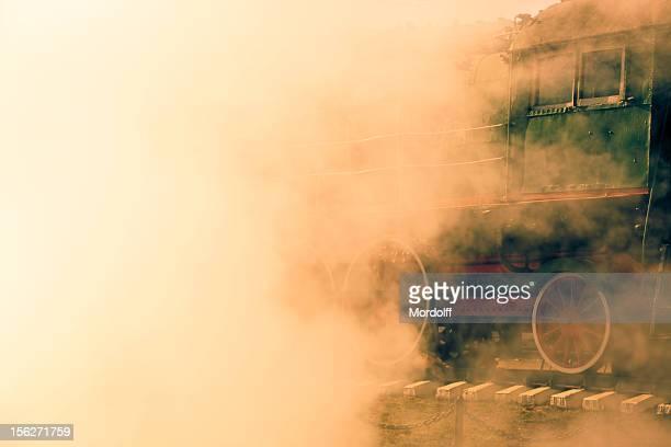 Antigo Trem a vapor Sibilação de nuvem brancas