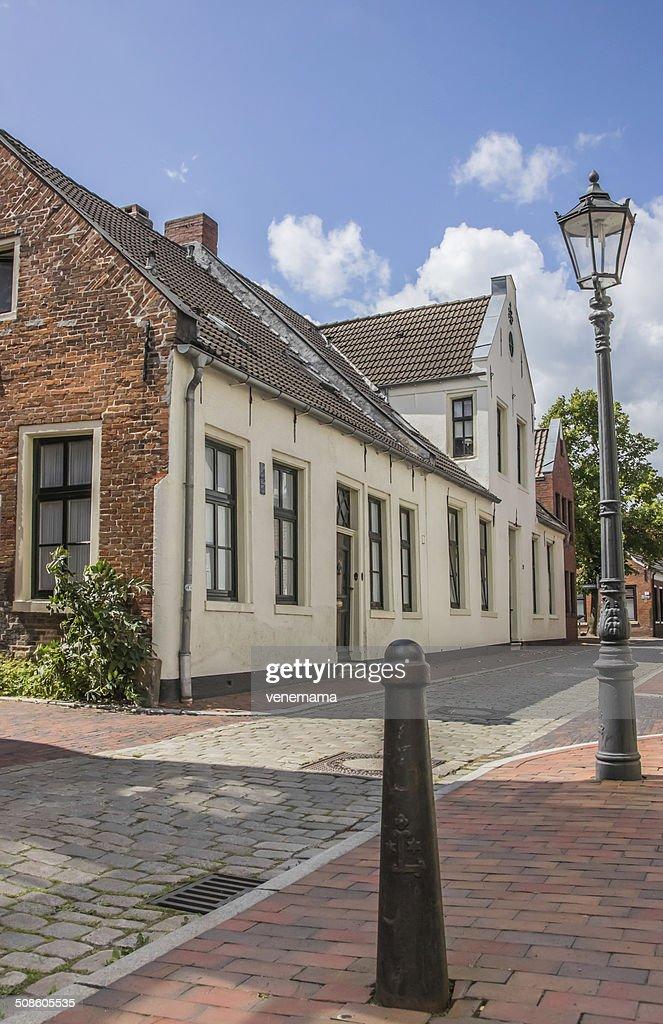 Antiga rua no centro de Leer : Foto de stock