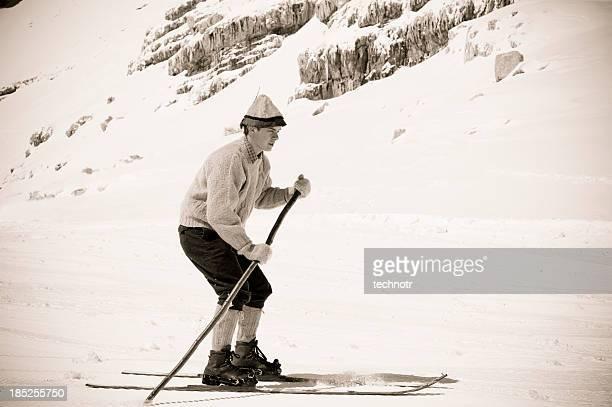 Vieux Style ski dans les montagnes