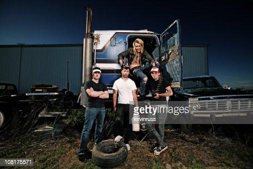 Old camión con cuatro recursos que lo rodean