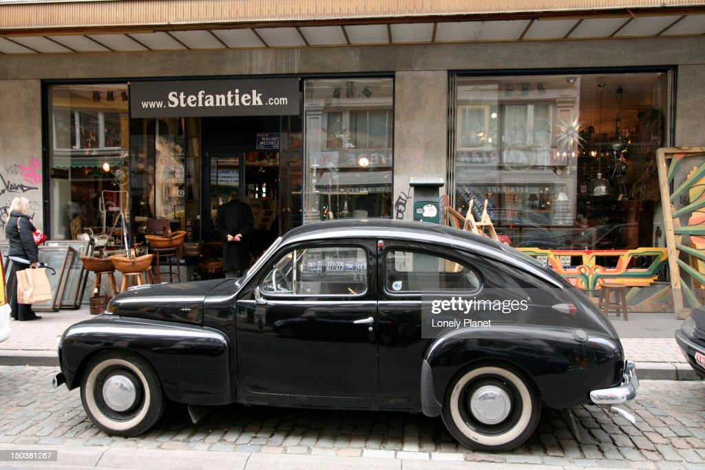 Old Volvo PV544 outside antique shop on Rue Blaes near Place du Jeu-de-Balle. : Stock-Foto