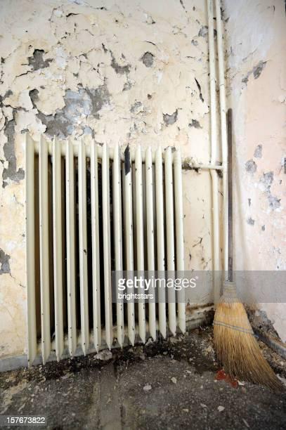 Alte Mauer Heizkörper und Besen