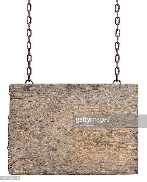 風化した木材のサインボードを掲げています。