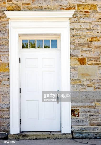 Vieille porte blanche sur Mur de pierres.