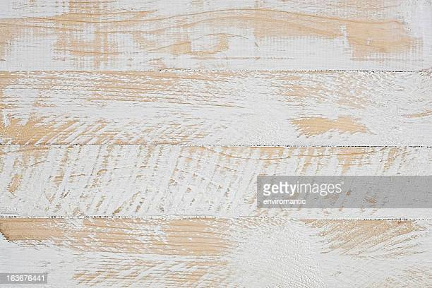 Velha mesa de madeira de fundo branco.