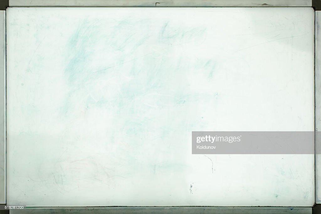 Vieux tableau blanc pour le bureau avec traces de taches et des