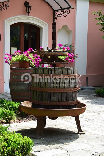 Vieux Pressoir Comme Décoration Dans Un Jardin Photo | Thinkstock