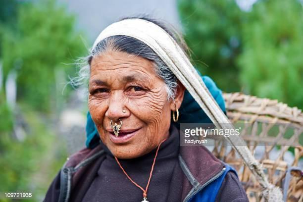 Alte Frau tragen Korb