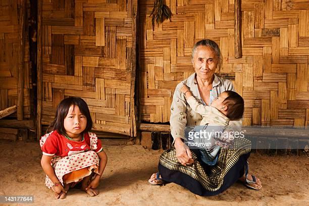 Vieille femme de la colline Tribu tenant sa petite-fille