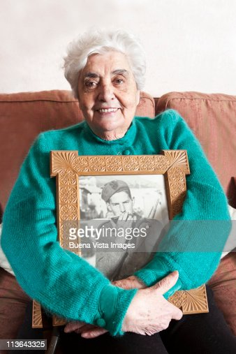 Old woman with picture of her late husband : Foto de stock