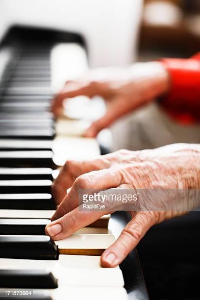 Mains de la vieille Femme jouant du piano