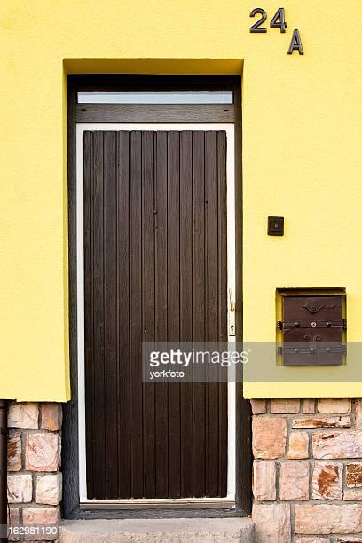 Vieille porte en bois avec fond