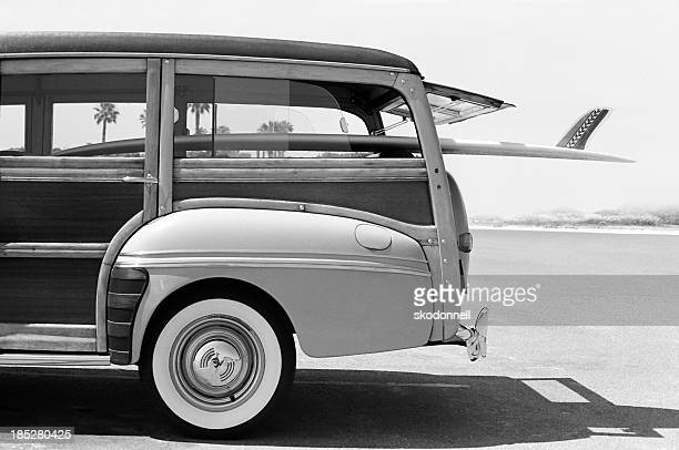 Old Woodie Kombi mit Surfbrett