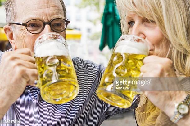 couple de retraités boire une bière ensemble