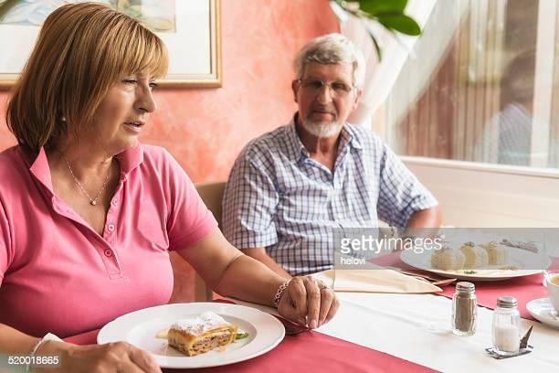 couple de retraités se restaurer au restaurant