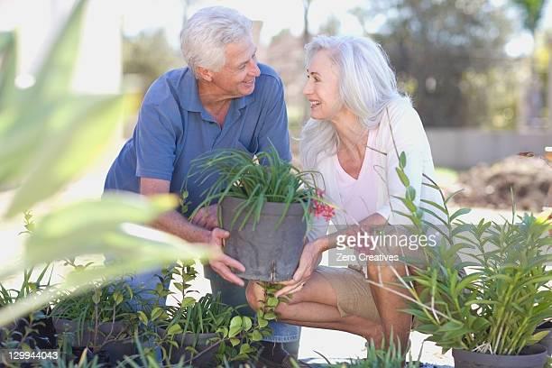 Älteres Paar Gartenarbeit zusammen