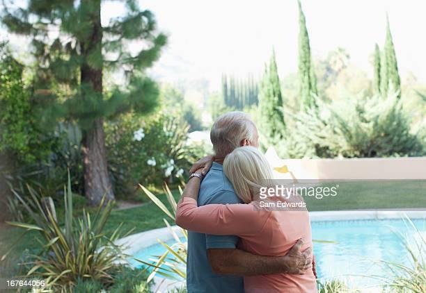 Älteres Paar Umarmen in der Nähe