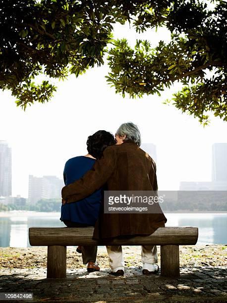 Älteres Paar auf einer Parkbank