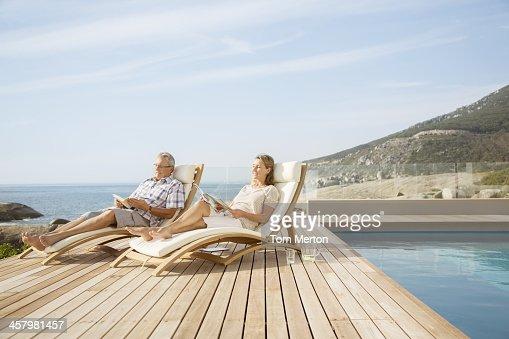 Coppia di anziani rilassante in piscina