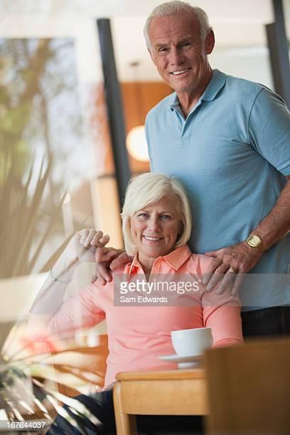 Ältere paar entspannende zusammen in der Küche