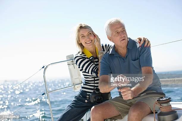 Ältere Paar sitzt auf dem Boot