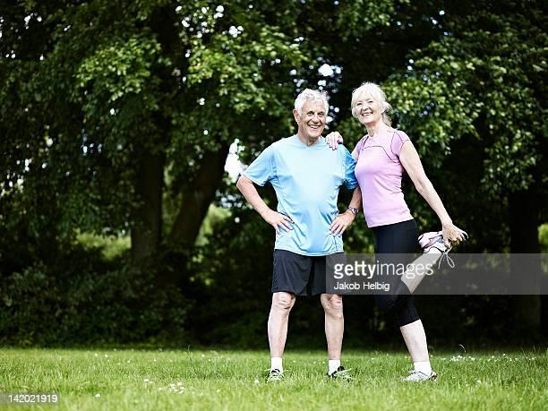 Ältere paar Dehnung im park