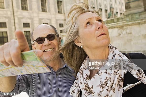 Ältere Paar mit Stadtplan