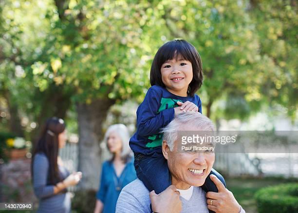 孫以上の肩に運ぶ男