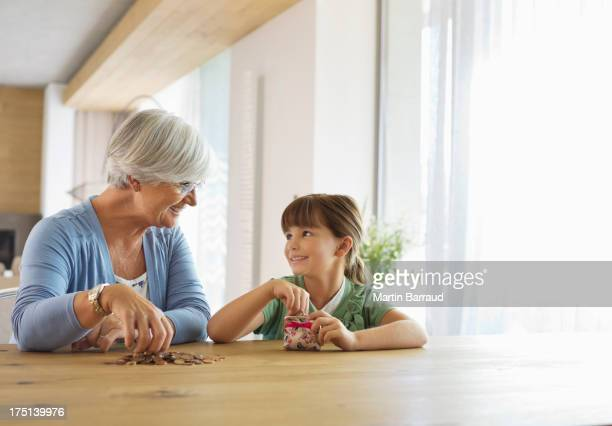 Ältere Frau mit Enkelin füllen Sie Einmachglas