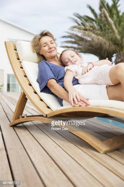 女性と孫娘とともにローンチェアでリラックス。