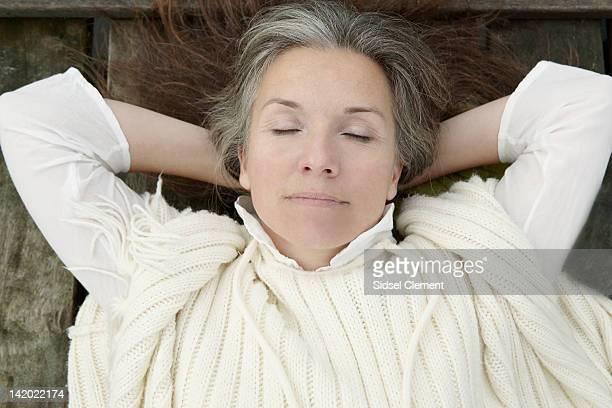 Ältere Frau, die Festlegung auf hölzernen dock