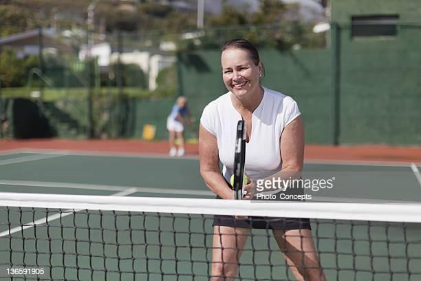 Plus Femme jouant au tennis sur le court