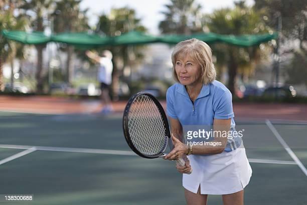 Plus Femme de jouer au tennis en plein air