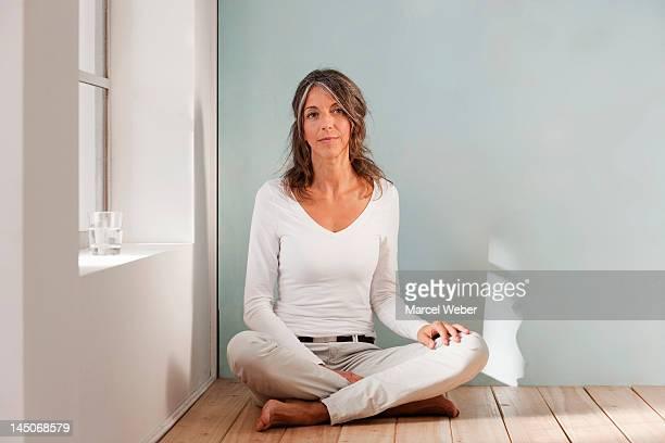 Ältere Frau sitzend auf Boden-studio