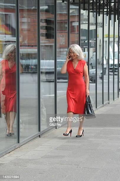 Ältere Frau sprechen auf Handy