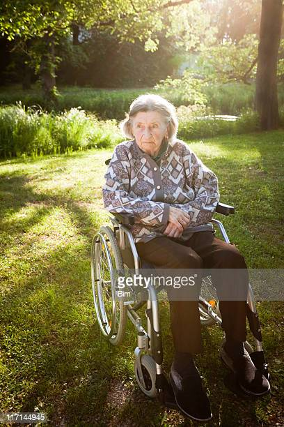 Oldery Frau ruhen im Schatten der Bäume