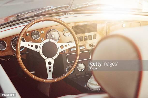 Oldtimer Cabrio Auto interor mit Lenkrad und speedmeter