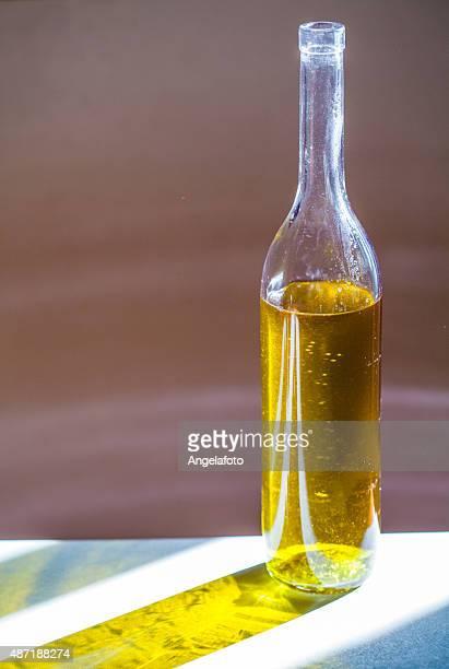Olio d'oliva bottiglia contro luce solare