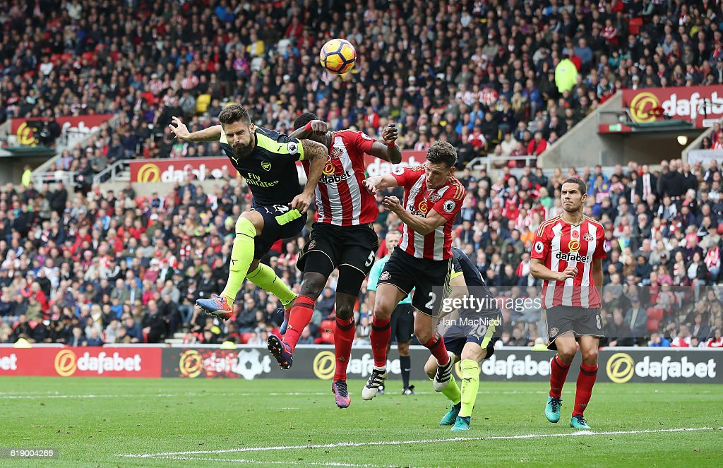Oliver Giroud of Arsenal scores his second goal during the Premier League match between Sunderland and Arsenal at Stadium of Light on October 29, 2016 in Sunderland, England.