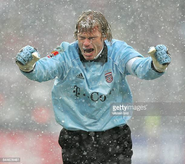 Oliver Kahn Torhüter Mannschaftskapitän FC Bayern München D jubelt mit geballten Fäusten