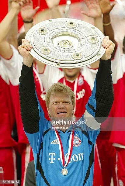 Oliver Kahn Torhüter Mannschaftskapitän FC Bayern München D präsentiert die DFBMeisterschale