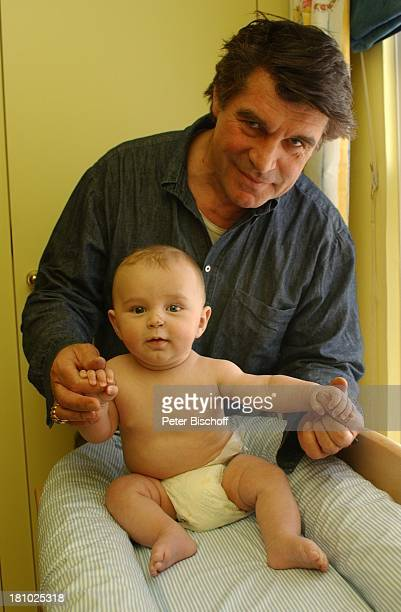 Oliver Tobias Sohn Luke Tobias Homestory London/England/Grossbritannien Schauspieler Familie Baby wickeln Wickeltisch Windel Promis Prominente...